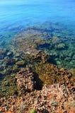 Eingang zum Meer mit einzigartigen roten Felsen auf Nordstrand von Vir-Insel in Kroatien, Adria Stockfotos