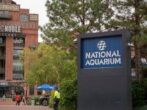 Eingang zum nationalen Aquarium auf dem inneren Hafen Baltimores mit Kraftwerkeinkaufszentrum im Hintergrund lizenzfreie stockfotos