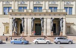 Eingang zum neuen Einsiedlereimuseum in St Petersburg Stockfotos