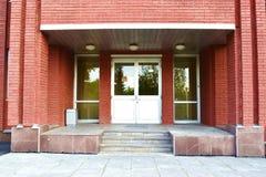 Eingang zum russischen Bürogebäude Lizenzfreies Stockfoto