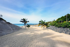 Eingang zum sandigen Strand Atlantiks an Adeje-Stadt auf Teneriffa Lizenzfreies Stockfoto
