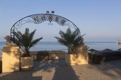 Eingang zum Strand, ` Seemöwe ` am Frühsommermorgen in der Erholungsortregelung von Adler, Sochi Stockfotos