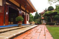 Am Eingang zum Tempel Stockbilder