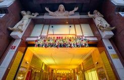 Eingang zum Theater mit Weihnachtsdekor Lizenzfreies Stockbild