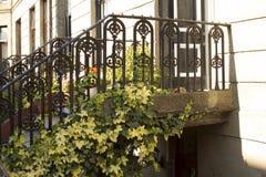 Eingang zum Wohnungsgebäude in den Straßen von Glasgow Stockfotos