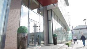 Eingang zur Büromitte stock footage