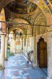 Eingang zur Hauptkirche des Troyan-Klosters in Bulgarien Stockfotos