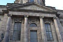 Eingang zur katholischen Kirche Stockfotos