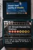 Eingang zur quadratischen U-Bahnstation von 34 Straße-Verkünder in New York, USA lizenzfreie stockbilder