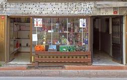 Eingangs- und Laden mit Schaufenster des Hukaspeichers in Istanbul Stockbild