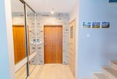 Eingangshalle in der modernen Wohnung mit Spiegelgarderobe Stockfoto