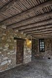 Eingangsterrasse des Felsenhauses lizenzfreie stockfotografie