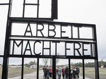 Eingangstor des Sachsenhausen-Konzentrationslagers Die Tür stockfotografie