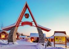 Eingangstor Santa Claus Holiday Village Houses Lapland lizenzfreie stockbilder
