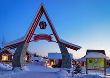 Eingangstor in Santa Claus Holiday Village Houses Lapland lizenzfreie stockfotos