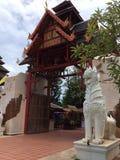 Eingangstor an thailändischem kulturellem Dorf Thani stockbild