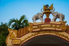 Eingangstor zum Tempel Figürchen von Elefanten Mawlamyine myanmar birma stockbild