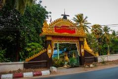 Eingangstor zum Tempel Mawlamyine myanmar birma stockfotos