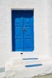 Eingangsweinlese-Blautür stockbilder