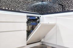Eingebaute weiße Küche der Spülmaschine Behilflicher moderner Chef lizenzfreies stockbild