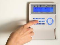 Eingeben des Codes auf einer Hauswarnung Stockbild