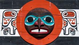 Eingeborene Totempfahl, der einzigartige Kultur der ersten Nationen darstellt stockfotos