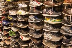Eingebrannte Turnschuhe und rüttelnde Schuhe Stockfotos
