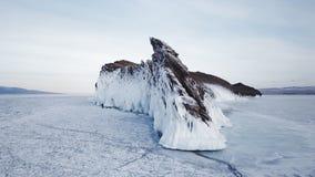 Eingefroren nach Winterst?rmen, spritzt Wasser auf den Klippen des Ufers Der Baikalsee im Vorfr?hling sibirien Russland stock footage