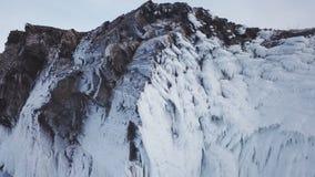 Eingefroren nach Winterst?rmen, spritzt Wasser auf den Klippen des Ufers Der Baikalsee im Vorfr?hling sibirien Russland stock video footage