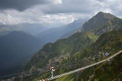 Eingehängte Brücke in den Bergen stockfoto