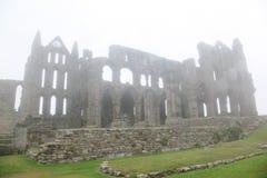 Eingelassener tiefer Nebel der Whitby Abtei Schloss Stockfotografie