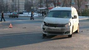 Eingelaufen Unfallsauto mit Warnzeichen stock video