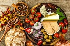 Eingemachter Thunfisch auf einem Küchentisch Fischdosen und -gemüse Nahrung für Athleten Thunfisch im Olivenöl lizenzfreie stockbilder