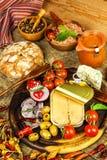 Eingemachter Thunfisch auf einem Küchentisch Fischdosen und -gemüse Nahrung für Athleten Thunfisch im Olivenöl lizenzfreie stockfotografie