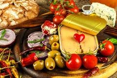 Eingemachter Thunfisch auf einem Küchentisch Fischdosen und -gemüse Nahrung für Athleten Thunfisch im Olivenöl stockfotografie