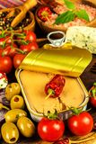 Eingemachter Thunfisch auf einem Küchentisch Fischdosen und -gemüse Nahrung für Athleten Thunfisch im Olivenöl stockbild
