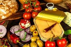 Eingemachter Thunfisch auf einem Küchentisch Fischdosen und -gemüse Nahrung für Athleten Thunfisch im Olivenöl stockbilder
