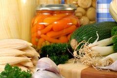 Eingemachtes Gemüse gegen frisches lizenzfreie stockfotografie