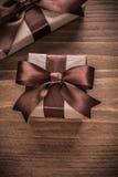Eingepackte anwesende Behälter mit braunen Bändern auf Weinlese hölzernes BO Lizenzfreie Stockbilder