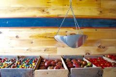 Eingepackte Tomaten mit einer hängenden Skala Lizenzfreie Stockbilder