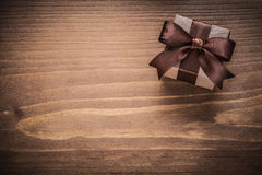 Eingepacktes Geschenk Versionsfeiertagen des hölzernen Brettes der Weinlese an den horizontalen Lizenzfreie Stockbilder