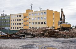 Eingestürztes Industriegebäude und Bagger Stockbilder
