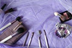Eingestellt von den Make-upb?rsten, err?ten Berufsmake-upwerkzeuge, B?rsten f?r verschiedene Funktionen, und Lacke Frauen ` s Mod stockfotos
