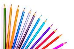 Eingestellte sch?ne wei?e, farbige Bleistifte von farbigen Bleistiften auf wei?em Hintergrund Bald zur Schule Zur?ck zu Schule stockfotografie
