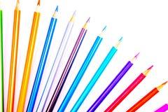 Eingestellte sch?ne wei?e, farbige Bleistifte von farbigen Bleistiften auf wei?em Hintergrund Bald zur Schule Zur?ck zu Schule lizenzfreie stockfotografie