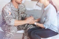 Eingestuft herauf Blick auf den liebevollen Abschied nehmenden Paaren lizenzfreie stockfotos