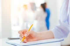 Eingestuft herauf Blick auf Schreiben der jungen Frau im Krankenhaus lizenzfreies stockfoto