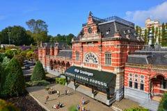 Eingestufte Replik Bahnhofs Groningens am Madurodam-Miniaturpark stockfotos