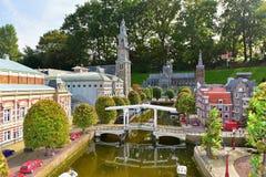 Eingestufte Replik von traditionellen niederländischen Kanalhäusern am Madurodam-Miniaturpark stockfotografie