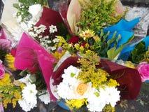 Eingewickelte Blumensträuße von Blumen Stockfoto